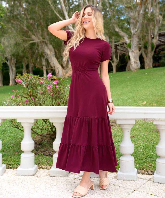 Mujer-con-Vestido-color-Vino
