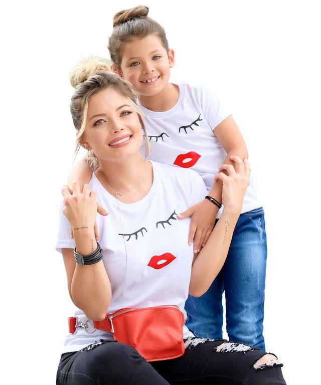 Mujer-con-Camiseta-color-Blanco-y-Jean