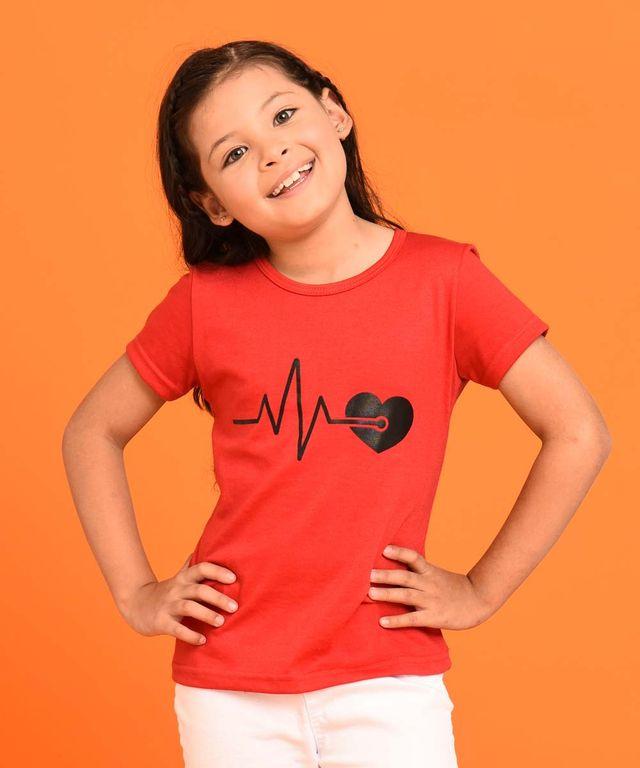 Niña-con-Camiseta-color-Rojo