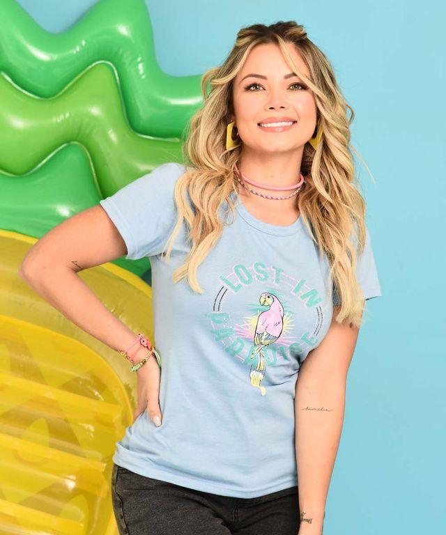 Mujer-con-Camiseta-color-Azul-y-Jean