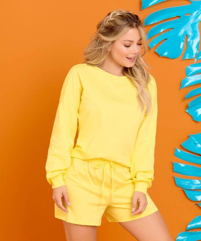 Mujer-con-Conjunto-color-Amarillo