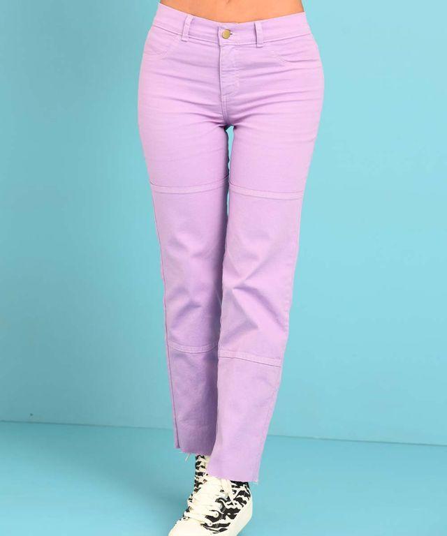 Mujer-con-Pantalon-color-Lila-y-Camiseta