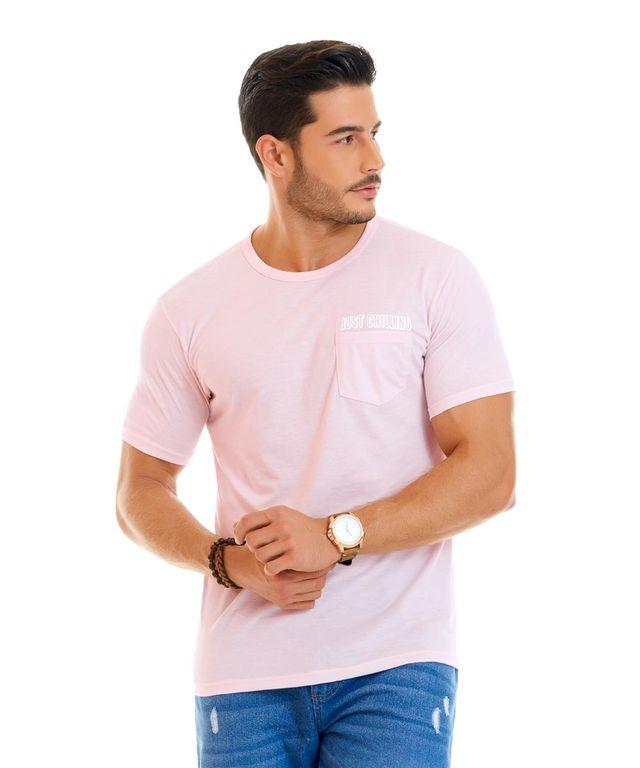 Hombre-con-Camiseta-color-Palo-De-Rosa-y-Jean